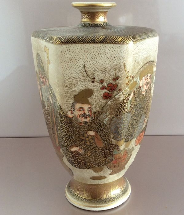 Satsuma vase with very finely painted gods of happiness - Ceramic - Japan - Meiji period (1868-1912)