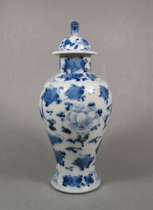 Baluster vase - Blue and white - Porcelain - Peaches, Peony, Bird pair - A Kangxi-marked blue and white decorated lidded baluster vase - China - 19th century