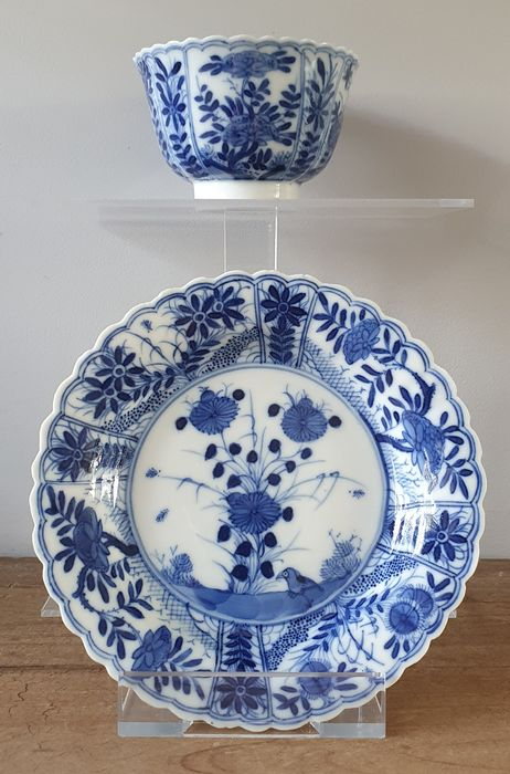 Dish, Tea cup (2) - Blue and white - Porcelain - Flowers, birds - Scalloped Kangxi cup and saucer, marked with prunusmark. - China - Qing Dynasty (1644-1911)