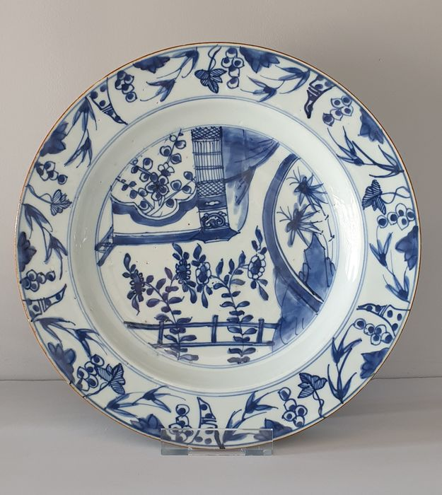 Plate (1) - Blue and white - Porcelain - Flowers, terrace, birdcage - Large plate with birdcage and terrace Ø 27,5 cm - China - Kangxi (1662-1722)
