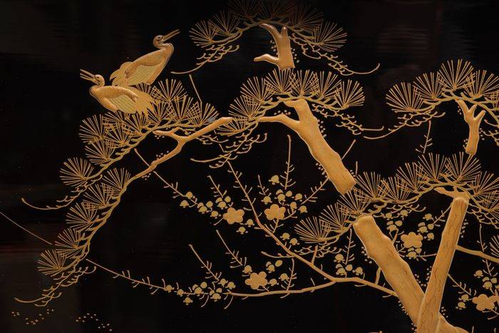Tray - Lacquered wood - Hirobuta, with a scene of 2 cranes in a pine tree, executed relief goldleaf lacquer - Japan - Meiji period (1868-1912)