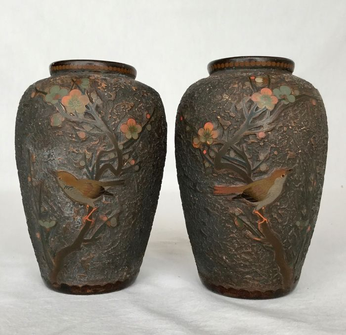 Two porcelain vases with detailed cloisonnée décor in tree bark Totai Shippo with blossoms and birds - depiction of birds in a tree with blossoms and butterflies - Japan - Meiji period (1868-1912)