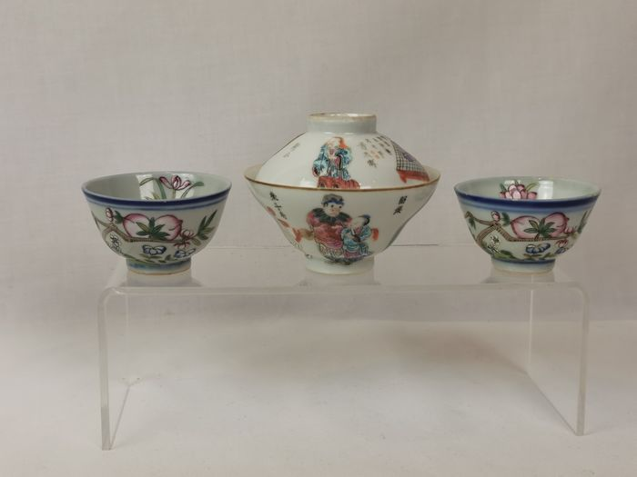 3 cups (3) - Famille rose - Porcelain - People, flowers - 2 Cups Daoguang Mark but Guangxu Period / Cup and Cover Tongzhi Mark and Period - China - Late 19th century