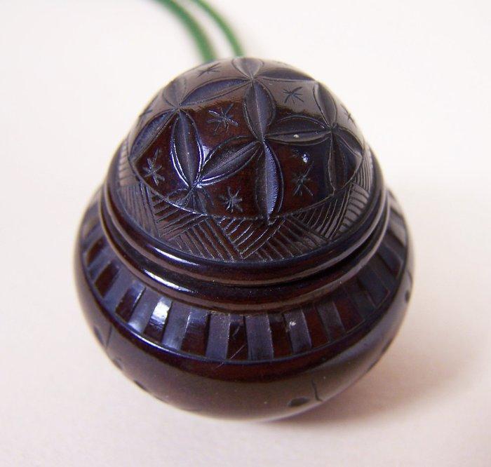 Netsuke - Boxwood - A patinated boxwood 'netsuke' shaped as a lidded pot - Japan - Meiji period (1868-1912)