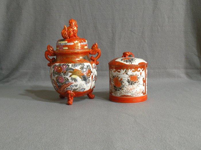Covered box and incense burner (2) - Porcelain - With marks 'Kutani' 九谷 and 'Kutani zo' 九谷造 - Japan - Meiji period (1868-1912)