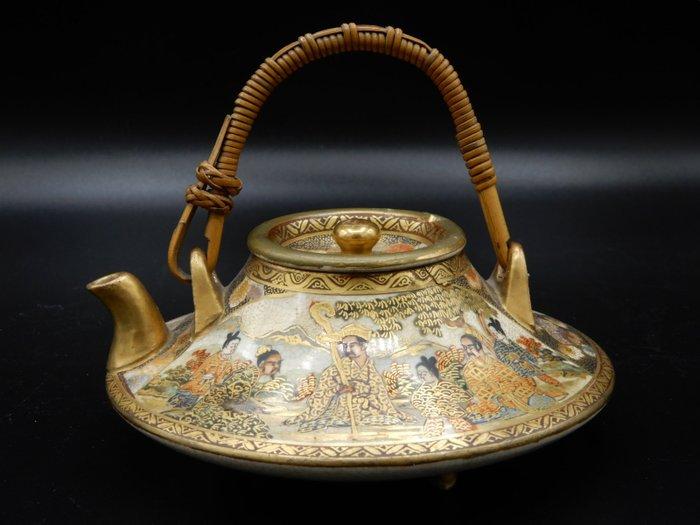 Teapot with figural decor - Satsuma - Ceramic - With mark 'Motoya' 本谷 - Japan - Meiji period (1868-1912)