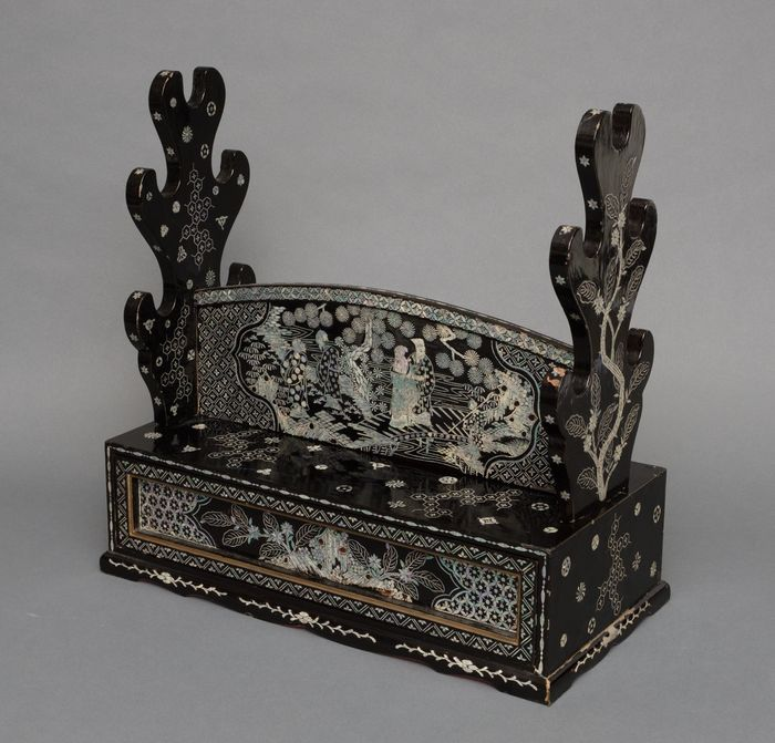 katanakake - Lacquered wood, Mother of pearl - Samurai - Black lacquered sword stand (katanakake) decorated with mother of pearl - Japan - Edo Period (1600-1868)