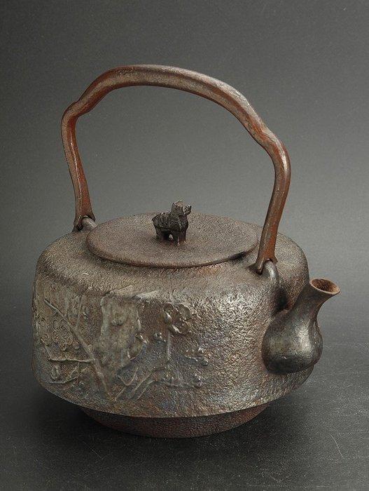 Tetsubin (1) - Cast iron - Shoundo - Very fine sakura design, horse handle on the lid, marked - Japan - Meiji period (1868-1912)