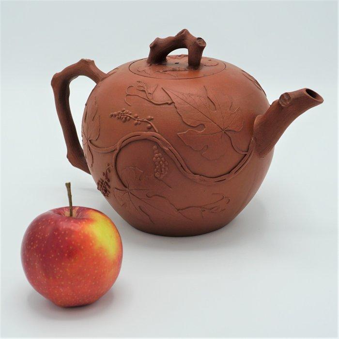 Teapot (1) - Yixing - Yixing clay - Grape vines - China - Kangxi (1662-1722)