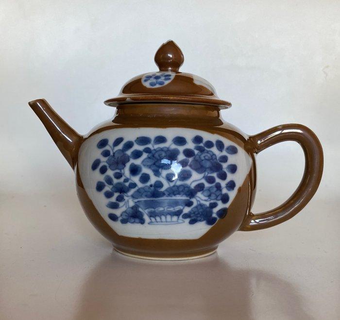 Teapot - Porcelain - Floral painting - China - Kangxi (1662-1722)