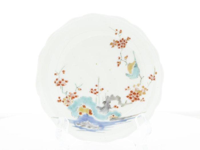 Saucer (1) - Kakiemon - Porcelain - Plum blossom - Kakiemon (柿右衛門) Round Saucer with Plum Blossoms (梅) - Japan - 17th century