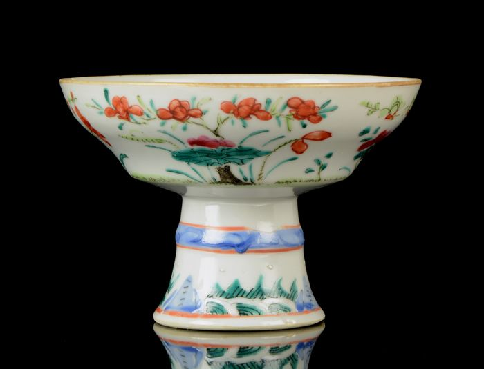 A Chinese high-foot bowl - Famille rose - Porcelain - Flowering plants, peaches, grass - China - 19th century
