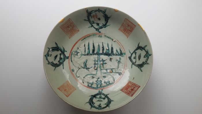 """Dish (1) - Porcelain - Large Swatow deep dish (Zhangzhou ware from Fujian Province) with a central roundel & """"split Pagoda"""" - China - Ming Dynasty (1368-1644)"""