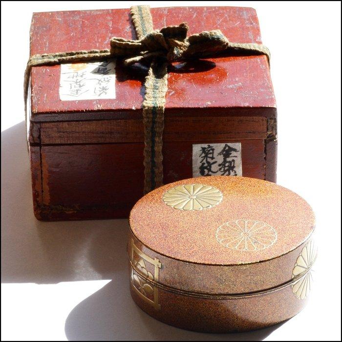 Kogo, KōGō circular - Lacquer, Japanese wood lacquer incense box - Mon design - Japan - Edo Period (1600-1868)
