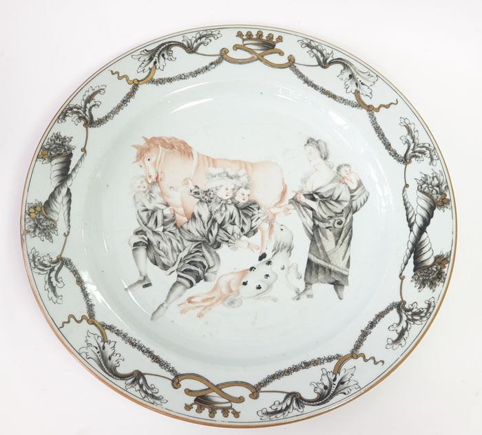A RARE GRISAILLE AND GILT 'FORTUNE TELLER' PLATE - Porcelain - China - Qianlong (1736-1795)
