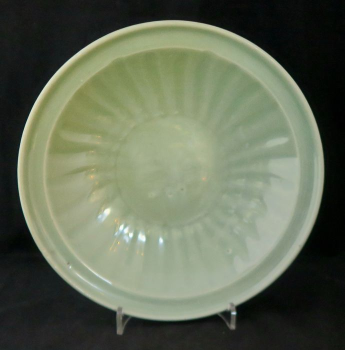 Dish (1) - Celadon - Porcelain - AW ref 3382 - China - Ming Dynasty (1368-1644)