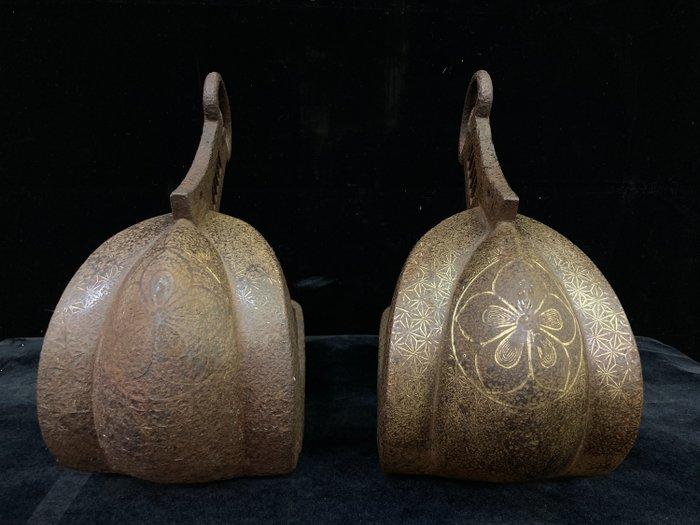 Okimono (2) - Cast iron, and gold - Unique ancient stirrups - Japan - Edo Period (1600-1868)