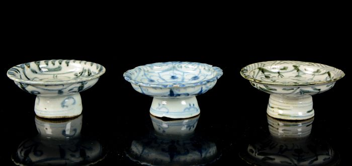 Bencharong stemmed plates (3) - Blue and white - Porcelain - Straits Chinese Porcelain - tazza, altar dish - China, export for South East Asia - 19th century