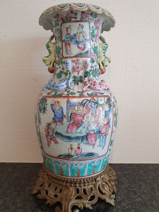 Vase (1) - Bronze, Porcelain - Court and warrior scenes (famille rose). French bronze mounting - China - 19th century