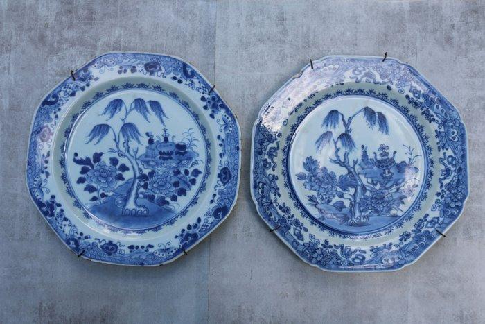 Wall plates (2) - Porcelain - Floral decor - China - Qianlong (1736-1795)