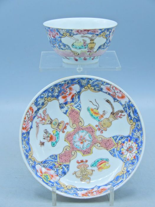Fine cup and saucer depicting precious objects (2) - Famille rose - Porcelain - China - Yongzheng (1723-1735)