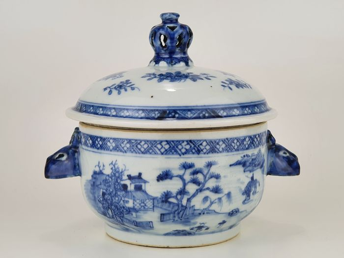 Tureen - Blue and white - Porcelain - A fine quality tureen with Rabbit head handles - China - 18th century
