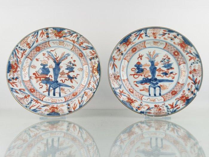 Plates (2) - Imari - Porcelain - wealth, antiquity - 2 Kangxi Imari plates with antiquity decor Ø23 cm - China - Kangxi (1662-1722)