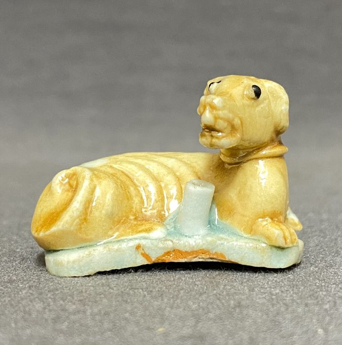 Figurine(s) - Porcelain - Chinese - Reclining dog as stick holder - China - 18th century
