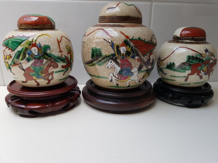 Ginger jars (3) - Porcelain - Warriors on foot and on horseback - 3 Chinese Famille Verte Nanking gemberpotten - China - Late 19th century