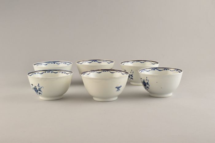 A set of 6 Chinese tea bowls decorated with flowers (6) - Porcelain - China - Qianlong (1736-1795)