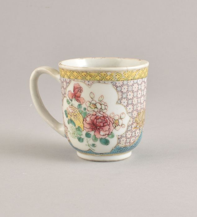 A VERY FINE CHINESE FAMILLE ROSE CUP - Porcelain - China - Yongzheng (1723-1735)