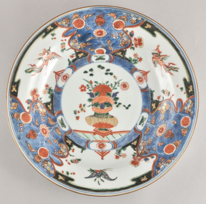 A LARGE CHINESE VERTE-IMARI DISH DECORATED WITH A VASE - Porcelain - China - Kangxi (1662-1722)