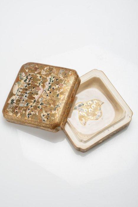 Box - Satsuma - Ceramic, Gold - Scatola quadrata - Geisha e monaci - Japan - Meiji period (1868-1912)