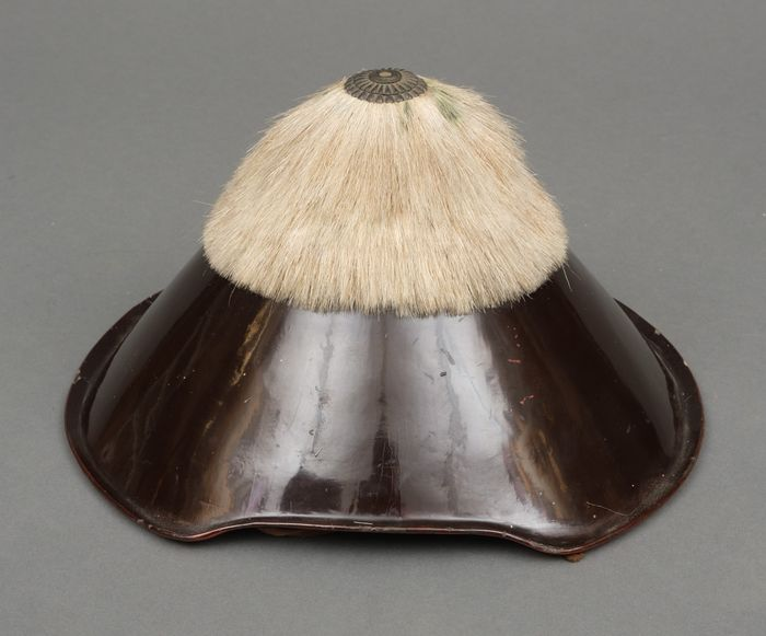 Hat, Jingasa - Lacquered wood - Tall conical black lacquered samurai travelling hat (jingasa) covered with bleached, horse hair - Japan - Edo Period (1600-1868)