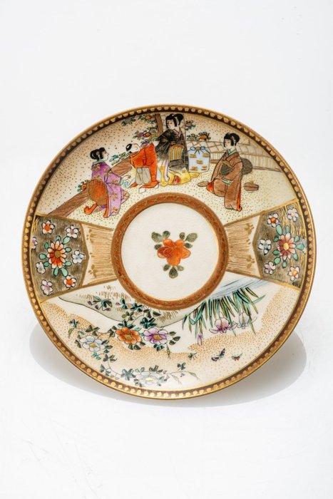 Saucer - Satsuma - Ceramic, Enamel, Gilt, Gold - NO RESERVE PRICE - Scene di vita quotidiana - FIrmato Kinkozan - Japan - Meiji period (1868-1912)