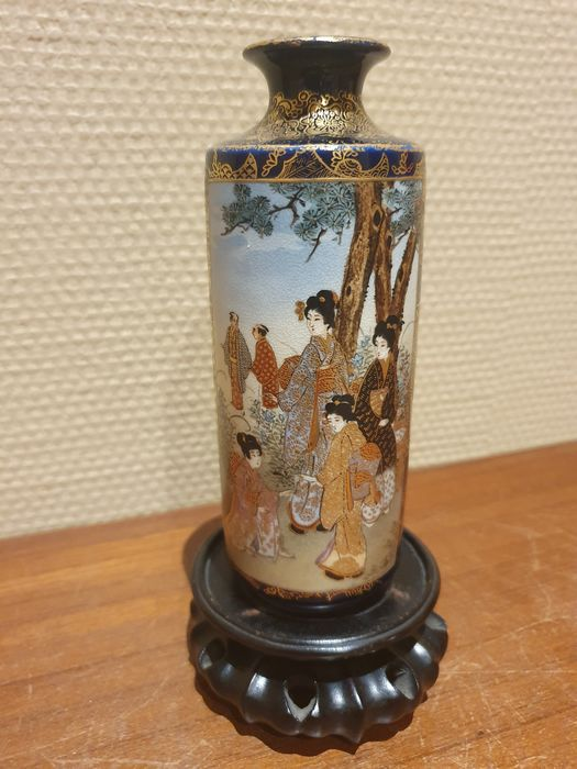 Vase - Porcelain - Cylindrical vase - With mark Satsu-yaki Fukube 薩焼服部 - Japan - Meiji period (1868-1912)