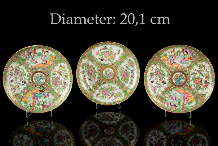 A service of three plates - NO RESERVE PRICE (3) - Canton, Famille rose, Rose medallion - Porcelain - Mandarin interior scenes / birds, butterflies, flowers and insects - Very good condition - China - 19th century