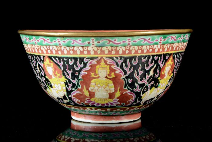 Large Bencharong bowl - Famille rose - Porcelain - Thepanom, Norasingh - celestial beings from Buddhist cosmology - Straits Chinese porcelain - For Thai market - China, export for South East Asia - 19th century
