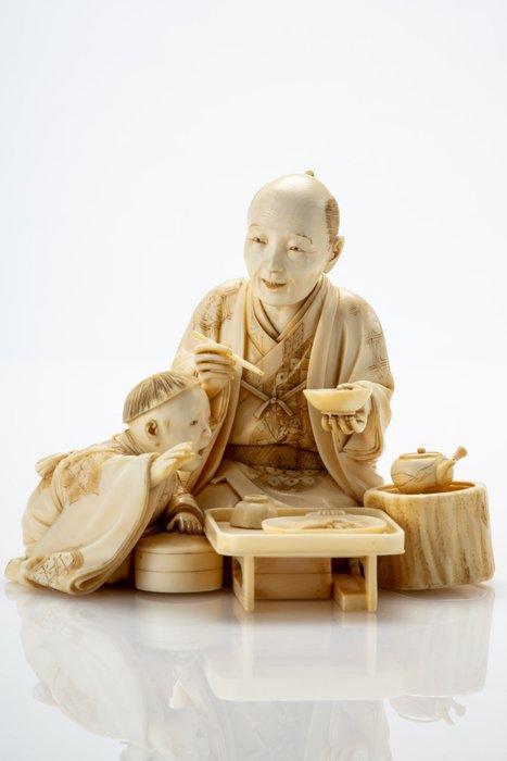 Okimono - Elephant ivory - Raffinato e dettagliato - Scena di vita quotidiana - La colazione - Firmato Shoko 昇光 - Japan - Meiji period (1868-1912)