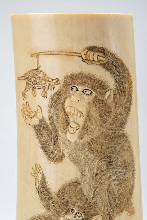 Okimono, Tusk - Elephant ivory - Tre scimmie in gioco con una tartaruga e un'ape - Japan - Meiji period (1868-1912)