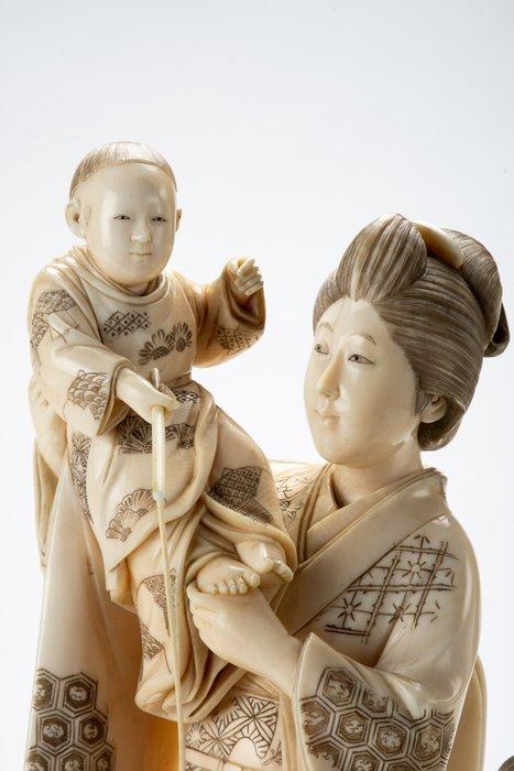 Okimono - Elephant ivory - Eccezionale - Giochi all'aperto con mamma e due bambini - Firma incisa 'Naoaki (o Shinmei) tō' 真名刀 - Japan - Meiji period (1868-1912)