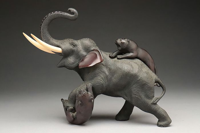 Okimono - Bronze, Wood - Tsunemitsu 常光 - Very fine elephant attacked by tigers okimono - Marked Tsunemitsu 常光 - Japan - Meiji period (1868-1912)