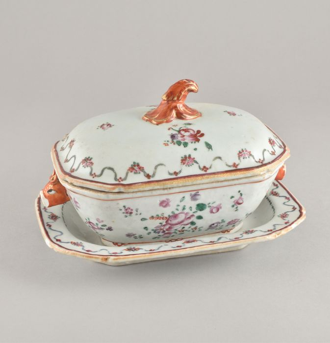 A CHINESE ROCOCO TUREEN AND STAND FOR THE PORTUGUESE MARKET - Porcelain - China - Qianlong (1736-1795)
