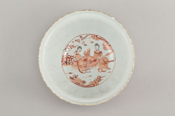 A LARGE CHINESE BLOOD & MILK BOWL DECORATED WITH FIGURES - Porcelain - China - Kangxi (1662-1722)