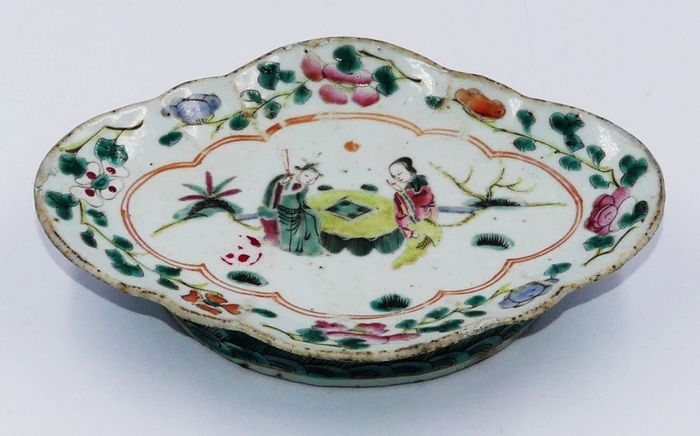 Pink famille cup with character decor - Porcelain - China - 19th century
