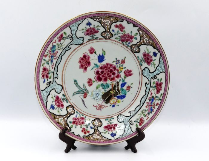 Famille rose plate with floral decoration - Porcelain - China - 18th century
