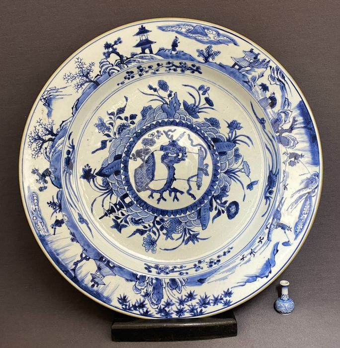 Plate - Porcelain - Chinese - Huge (d. 34,6 cm!) - Trunk table with censer - Persons with different professions - China - Kangxi (1662-1722)