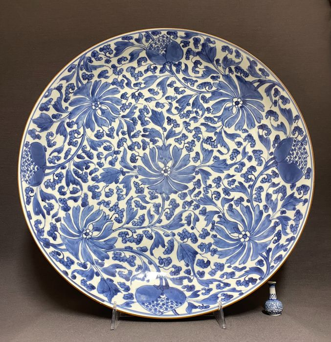 Plate - Porcelain - Chinese - Huge (d. 38,4 cm!) - Mint condition - Florals, lotus and lychee - China - Kangxi (1662-1722)