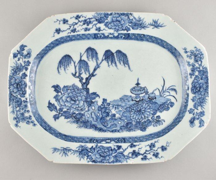 A LARGE CHINESE BLUE AND WHITE PLATTER - Porcelain - China - Kangxi (1662-1722)