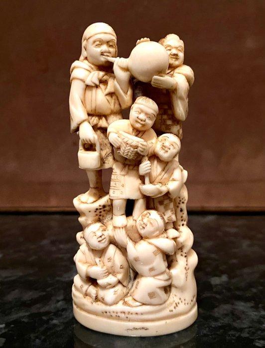 Okimono - Elephant ivory - ENFANTS JOYEUX SUR UN ROCHER SIGNE TEIKOKU - Japan - Meiji period (1868-1912)